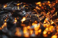 Le fond abstrait moderne d'aluminium s'est allumé par l rouge et orange coloré photographie stock libre de droits