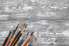 Le fond avec des pinceaux sur le blanc a peint les conseils en bois Pla photo libre de droits