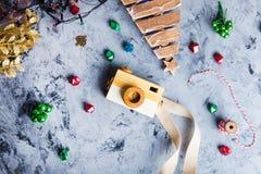 Le fond 2019 avec l'appareil-photo, Noël de nouvelle année joue Configuration plate, vue supérieure de la vie de fête de la nouve Photographie stock