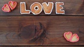 Le fond avec la forme de coeur et le mot aiment les biscuits faits maison de valentine avec l'espace pour le texte Photographie stock libre de droits