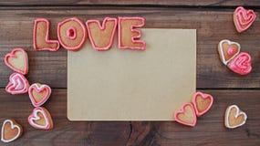 Le fond avec la forme de coeur et le mot aiment les biscuits faits maison de valentine avec l'espace pour le texte Image libre de droits