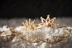Le fond avec la paille de décorations de Noël se tient le premier rôle et ficelle des roseaux images stock