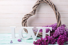 Le fond avec le coeur, l'amour de mot et le lilas décoratifs fleurit Photo libre de droits