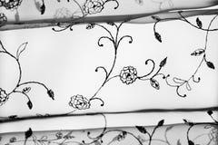 Le fond blanc et noir abstrait de voile de contraste avec la broderie fleurit Photo libre de droits