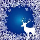 Le fond bleu d'hiver avec le papier a coupé des flocons de neige et des cerfs communs Photo stock