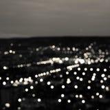 Le fond circulaire noir blanc abstrait de bokeh, ville s'allume dans t photo libre de droits