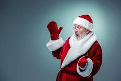 le fond Claus a isolé le blanc étonné par Santa photos stock