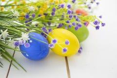 le fond a coloré le vecteur rouge de tulipe de format des oeufs de pâques eps8 Joyeuses Pâques Photo stock