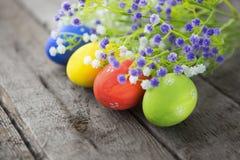 le fond a coloré le vecteur rouge de tulipe de format des oeufs de pâques eps8 Joyeuses Pâques Photos stock