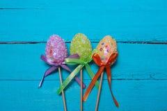 le fond a coloré le vecteur rouge de tulipe de format des oeufs de pâques eps8 Oeufs de pâques décorés multicolores, poudre multi Image libre de droits