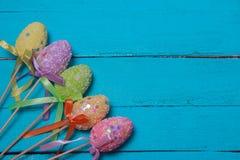 le fond a coloré le vecteur rouge de tulipe de format des oeufs de pâques eps8 Oeufs de pâques décorés multicolores, poudre multi Photos stock