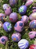 le fond a coloré le vecteur rouge de tulipe de format des oeufs de pâques eps8 Oeufs de pâques décorés par des enfants Image stock