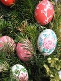 le fond a coloré le vecteur rouge de tulipe de format des oeufs de pâques eps8 Oeufs de pâques décorés par des enfants Photo libre de droits