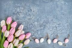 le fond a coloré le vecteur rouge de tulipe de format des oeufs de pâques eps8 Oeufs de pâques et tulipes roses sur le fond gris  Image libre de droits