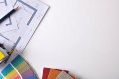 Le fond d'établi de décorateur avec le plan et les outils complètent images libres de droits