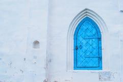 Le fond d'architecture du métal bleu-foncé âgé par élément d'architecture a forgé la porte avec l'arcade sur le mur en pierre bla Photos stock