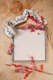Le fond d'automne et de Noël avec le signe embarquent l'inscription, le cinamon, rouleau de bande de cadeau sur les conseils en b Photo stock
