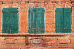Le fond d'image du vieux vert trois a boulonné les fenêtres à volets Photo libre de droits