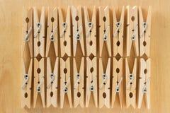 Le fond d'un certain nombre de pinces à linge en bois sur une table Photos stock