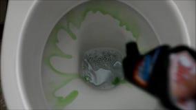Le fond d'une cuvette des toilettes banque de vidéos
