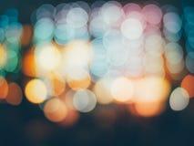Le fond de bokeh de réverbères de ville de nuit, lumières a brouillé le fond de bokeh pour votre vintage de conception ou rétro c Photos stock