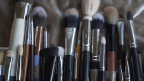 Le fond de brosse une brosse de maquillage est un outil avec des poils utilisés pour l'application du maquillage ou de la peintur banque de vidéos
