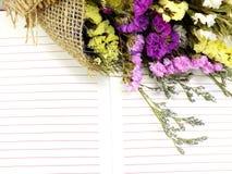 Le fond de carnet et le beau statice fleurit le bouquet avec l'espace pour la copie Image libre de droits