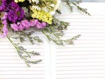 Le fond de carnet et le beau statice fleurit le bouquet avec l'espace pour la copie Photos libres de droits