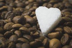 Le fond de coeurs d'un sucre et de grains de café aiment le résumé Image stock
