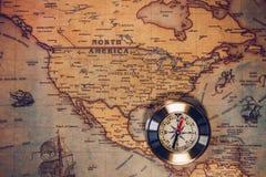Le fond de concept de voyage, les compas de vintage et la vieille terre tracent Images libres de droits