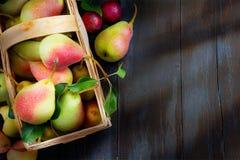 Le fond de conception d'abrégé sur art porte des fruits sur un fond en bois Photos libres de droits