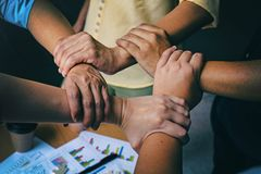 Le fond de conception d'art abstrait du groupe d'affaires, mains joignant ensemble des concepts de travail d'équipe, collaborent  images stock