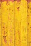 Le fond de conteneur de marchandises de Yellow Sea, modèle ondulé rouillé, revêtement rouge d'amorce, verticale s'est rouillé tex Images stock