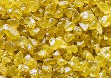 Le fond de cristaux de sel, jaunissent la pierre cristallisée de sels Images libres de droits