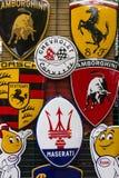 Le fond de divers emblèmes de diverse voiture stigmatise produire des voitures de sport Image stock
