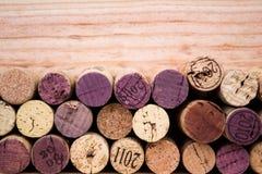 Le fond de divers lièges utilisés de vin se ferment  Images libres de droits