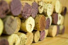Le fond de divers lièges utilisés de vin se ferment  Photographie stock