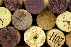 Le fond de divers lièges utilisés de vin se ferment  Photographie stock libre de droits