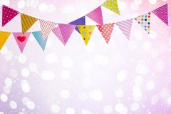 Le fond de fête avec les drapeaux colorés au-dessus des lumières abstraites et rougeoie Images stock