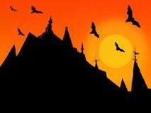 Le fond de Halloween avec des silhouettes des toits de château avec des weathervanes et le vol manie la batte sur le fond du sole Photographie stock