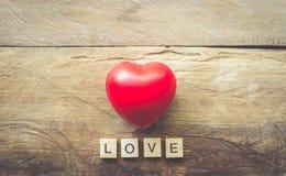 Le fond de jour de valentines avec des coeurs et le mot aiment Photo libre de droits