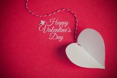Le fond de jour de valentines avec le coeur de coupe de papier et la salutation salissent Photo libre de droits