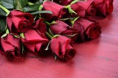 Le fond de jour de valentines avec les roses rouges se ferment  Images libres de droits