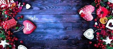 Le fond de jour du ` s de Valentine avec les éléments orientés d'amour aiment des coeurs de coton et de papier Photos stock