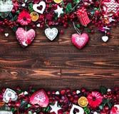 Le fond de jour du ` s de Valentine avec les éléments orientés d'amour aiment des coeurs de coton et de papier Photographie stock libre de droits