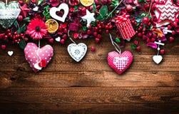 Le fond de jour du ` s de Valentine avec les éléments orientés d'amour aiment des coeurs de coton et de papier Image stock