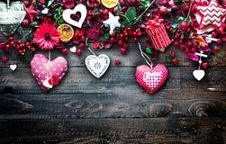 Le fond de jour du ` s de Valentine avec les éléments orientés d'amour aiment des coeurs de coton et de papier Images libres de droits