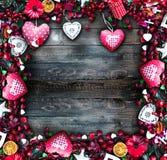 Le fond de jour du ` s de Valentine avec les éléments orientés d'amour aiment des coeurs de coton et de papier Image libre de droits