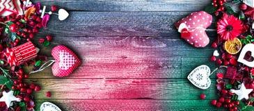 Le fond de jour du ` s de Valentine avec les éléments orientés d'amour aiment des coeurs de coton et de papier Photo stock