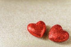 Le fond de jour du ` s de Valentine avec le coeur rouge de scintillement forme Photo stock
